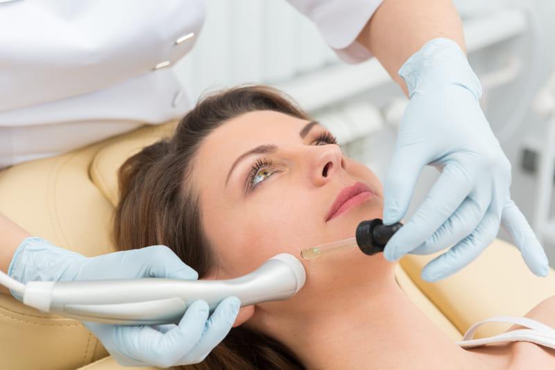 Какие косметологические процедуры надо проводить летом? изображение